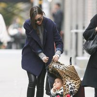 Miranda Kerr, una mamá a la moda con sus sneakers de Isabel Marant