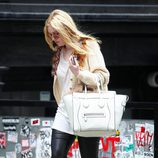 Dakota Fanning con sneakers de Isabel Marant en color beige