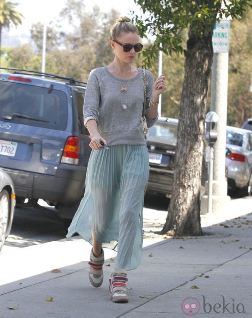 Kate Bosworth con snekers de cuña multicolor