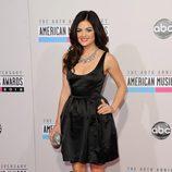 Lucy Hale con un vestido lady negro en los American Music Awards 2012