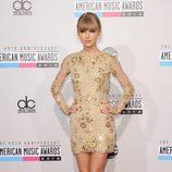 Taylor Swift con un minivestido con bordado de pedrería en los American Music Awards 2012