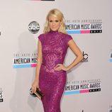 Carrie Underwood con vestido morado de paillettes en los American Music Awards 2012