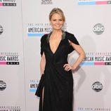 Jennifer Morrison con un vestido negro con escote en 'V' en los American Music Awards 2012