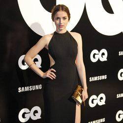 Ana de Armas con vestido negro 'cut out' en los Premios GQ Hombres del Año 2012