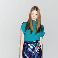Camiseta de cuello perkins, falda estampada y botines de la nueva colección de Sisley otoño/invierno 2012/2013