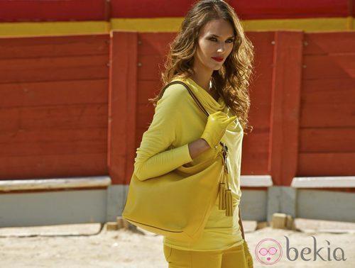 Helen Lindes con un conjunto amarillo y bolso de la colección invierno 2012/2013 de Coach