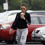 Mila Kunis en chandal y con chanclas con un café en la mano