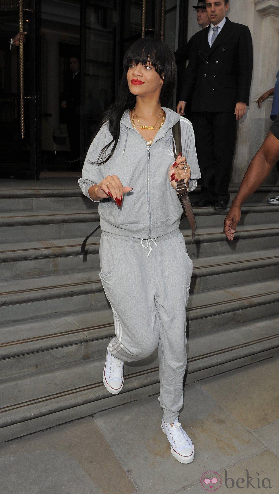 Rihanna con un chandal gris en Londres