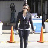 Kim Kardashian con leggings y sudadera negra