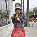 Ashley Tisdale en chandal y con un bolso rojo de Chanel