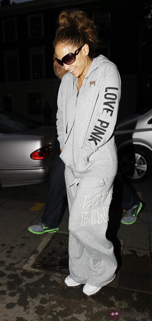 Jennifer Lopez con un chandal gris