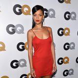Rihanna con un minivestido rojo de tirantes de Calvin Klein