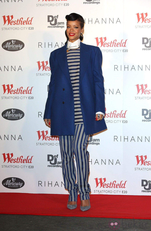 Rihanna con un traje de rayas de Acne y abrigo oversize azul Raf Simons