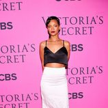 Rihanna con un conjunto 'black and white' de Miu Miu