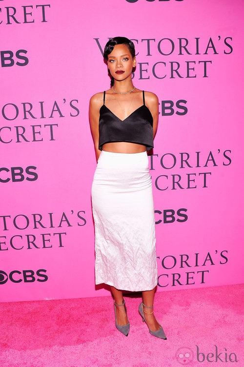 Rihanna con un conjunto 'black and white' de Miu Miu