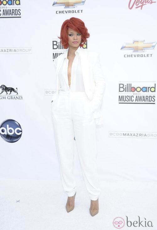 Rihanna con un total look en blanco de Max Azria