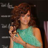 Rihanna con top de plumas de Antonio Berardi