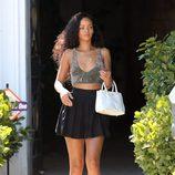 Rihanna con falda plisada negra y crop top de tirantes