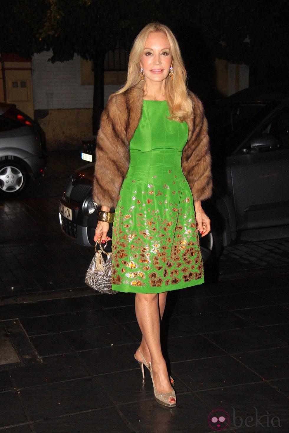 Carmen lomana con vestido verde estampado y estola las - Biografia de carmen lomana ...