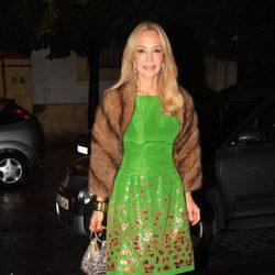 Carmen Lomana con vestido verde estampado y estola