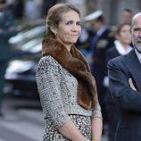 La Infanta Elena con traje de tweed y estola marrón