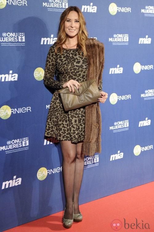 Chayo Mohedano con vestido de animal print y estola en los Premios Cuida de ti 2012