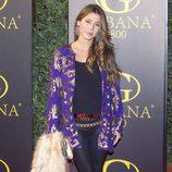 Elena Tablada con una chaqueta de inspiración barroca y una estola en la mano