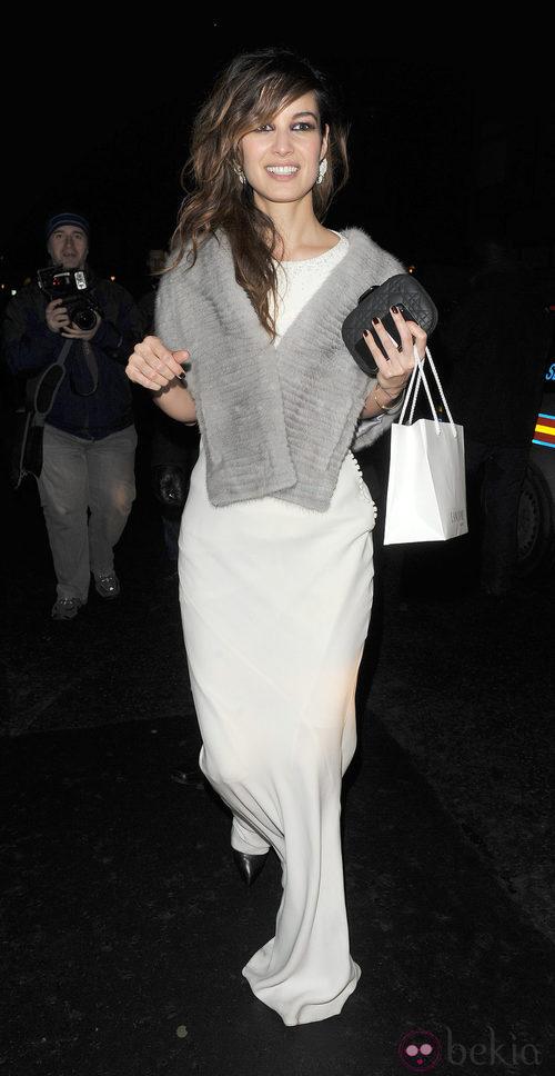 Bérénice Marlohe con vestido blanco y estola gris
