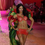 Adriana Lima con un conjunto rojo en el desfile de Victoria's Secret 2012