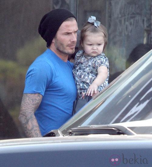 David Beckham con un look informal con Harper Seven en sus brazos
