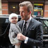 David Beckham muy elegante con Harper Seven en sus brazos
