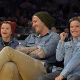 David Beckham con camisa denim, pantalón beige y gorro