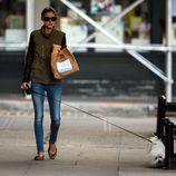 Olivia Palermo con jeans y sahariana vede con mangas de cuero