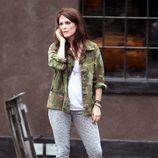 Julianne Moore con chaqueta de estampado militar