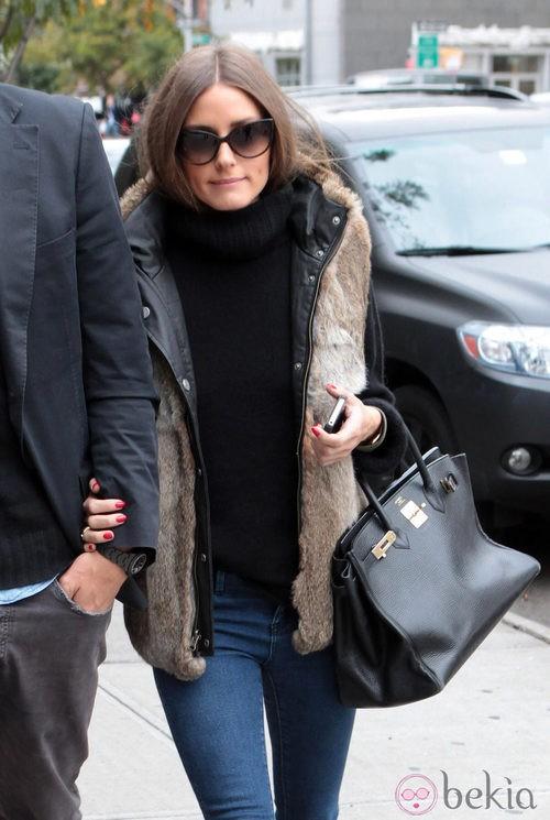 Olivia Palermo con jersey negro y chaleco de pelo