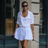 Olivia Plermo con vestido lady troquelado y camisa
