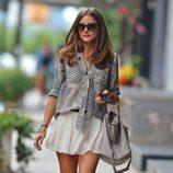 Olivia Palermo con camisa estampada y falda plisada