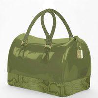 Modelo Candy trunk en verde militar de la colección otoño/invierno 2012/2013 de Furla