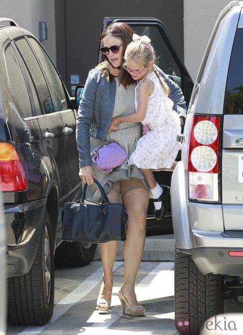 Jennifer Garner deja su ropa interior al descubierto al coger a su hija en brazos