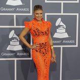 Fergie con un vestido largo de encaje naranja que transparenta su ropa interior