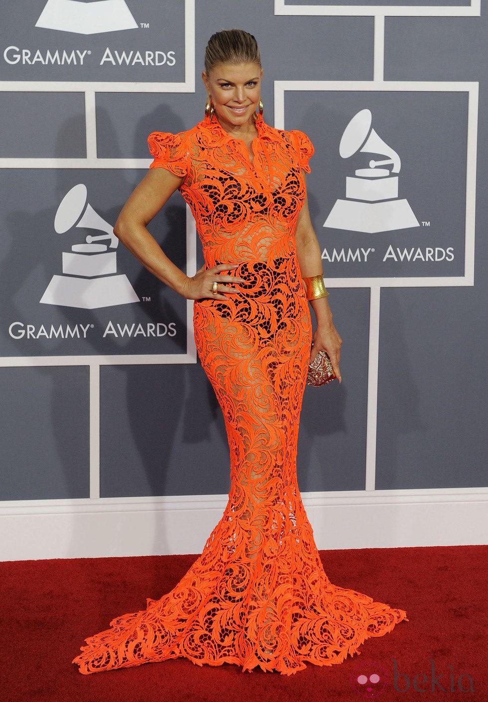 Fergie con un vestido largo de encaje naranja que for Encaje ropa interior