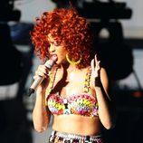 Rihanna con un conjunto de faja y sujetador para su concierto