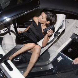 Eva Longoria tiene un despiste al salir del coche