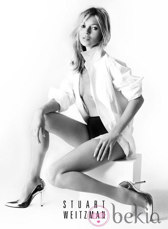 Kate Moss posando con la colección primavera 2013 de Stuart Weitzman