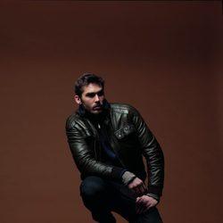 Cazadora de cuero, vaqueros y jersey azul de la colección otoño/invierno 2012/2013 de Chevignon