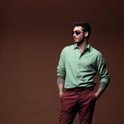 Camisa verde con pantalón y cinturón marrón de la colección otoño/invierno 2012/2013 de Chevignon