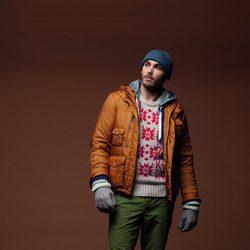 Cazadora marrón con jersey estampado y pantalón verde de la colección otoño/invierno 2012/2013 de Chevignon