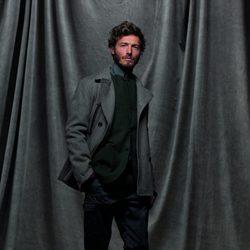 Abrigo gris, chaqueta verde con pantalones oscuros de la colección otoño/invierno 2012/2013 de Chevignon