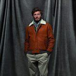 Cazadora marrón y pantalones beige de la colección otoño/invierno 2012/2013 de Chevignon