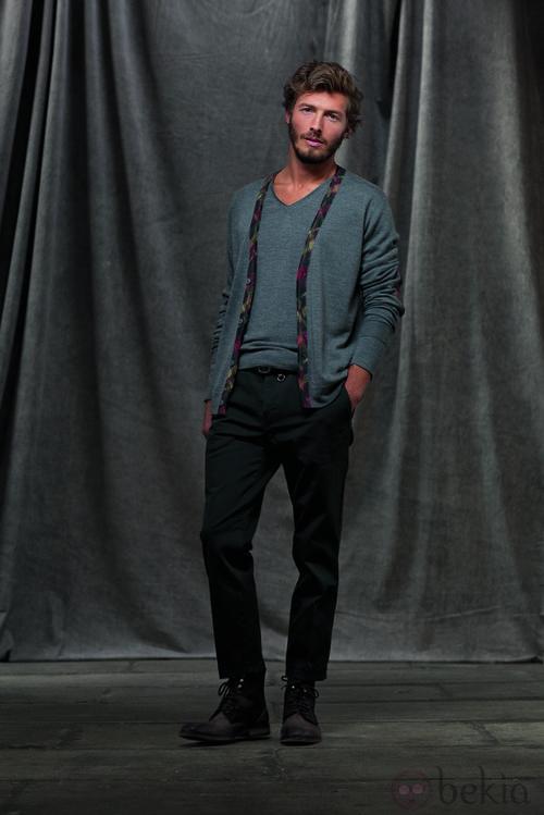 Chaqueta y camiseta gris con pantalón oscuro de la colección otoño/invierno 2012/2013 de Chevignon